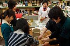 岡崎市のギフトショップ「サラダ館明大寺店」で行う手前味噌(みそ)づくり講座は、地域外からも参加する人気講座