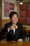 サザコーヒー会長の鈴木誉志男さんは、土日には店頭で皿洗いもする。「私はいわゆる昭和の喫茶店のおやじ。店で働くことは苦になりません」