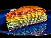コロナ禍の中で開発した「レインボーミルクレープ」は、北海道産小麦を使い、天然色素で虹色を表現している