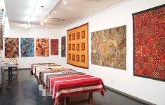 本店に併設するギャラリーは、1年先まで展覧会の予定で埋まっているほどの人気だ