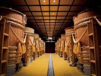 木桶が並ぶ新政の蔵。今後は秋田杉を活用した木桶工房を設立予定 ©Kiyohide Hori