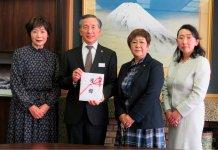 市役所での贈呈式で、奈良久子会長(右から2人目)から、堀内茂市長(同3人目)に目録を手渡した