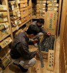 昆布蔵には、礼文島香深浜産の最高級利尻昆布を平成元(1989)年から毎年保存している