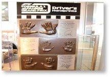 F1日本GP表彰台3選手の手形とサイン(鈴鹿PA、近鉄白子駅に設置)