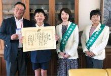 コロナ禍で表彰式ができず、学校を訪問して優秀賞の児童へ賞状を手渡した