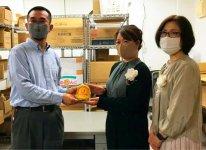 フードバンク山口に寄付金を届ける大隈靖子、沓野優紀両副会長