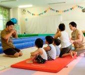 スポーツクラブのインストラクターが指導する体操教室