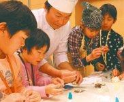洋菓子作り体験に参加した子どもたち。プロのお手本を見ながら、無心になって作業した