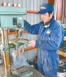 ボール盤の提供を受けた藤商会(福島県相馬市)の佐藤敦さん「この機械が来るまでは手動ドリルで穴を空けていました」