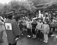 津川駅で到着のあいさつをする子どもたち
