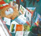 観光案内所に並ぶさくらんぼ関連商品・パンフレット