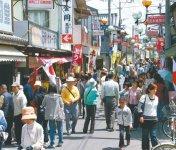 豊後高田商工会議所(大分県)では、商店街が元気だった昭和30年代をテーマに、約100店を段階的に再生。古き良き昭和の商店街を再現することで年間30万人以上の来街者を呼んでいる。