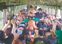 ローカル線車内で繰り広げられる大技に湧くファンたち