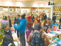 日本人客のみならず外国人客も多く訪れる