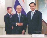 握手するプラユット首相(右)と三村会頭