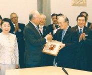 握手するナジブ首相(左)と三村会頭