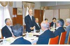 釜石商工会議所幹部と懇談する三村会頭