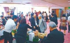 輪島自慢の産品を買い求める台北からの参加者ら