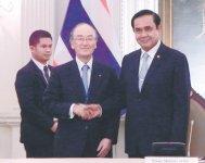 プラユット首相(右)と握手する三村会頭