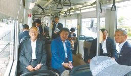 セントラムに乗る三村会頭(左)