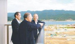大船渡市を訪れた三村会頭(右)