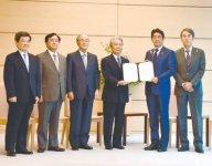 安倍首相(右から2人目)と三村会頭(左から3人目)