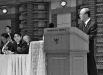あいさつする三村会頭(右)と安倍首相(左から2人目)