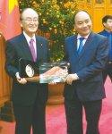 記念品を交換するベトナムのフック首相(右)と三村会頭