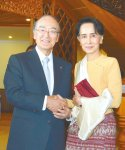 握手するミャンマーのスー・チー国家最高顧問(右)と三村会頭