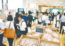 会場には福島の特産品を求め、多くの人が詰め掛けた