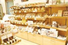 ショップには銘菓など特産品が並ぶ