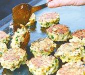 肉、ニラ、うどんなどを混ぜ合わせて焼く高槻うどんギョーザ