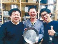 100年フライパンは、伝え手の情熱と作り手の技術から生まれた(右から飯田さん、佐藤さん、丸山さん)