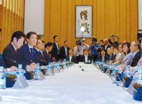 あいさつする安倍首相(左から2人目)と三村会頭(右)