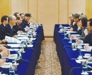 あいさつする三村会頭(左)と野田大臣(右から2人目)