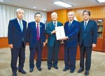 左から高橋代表、鎌田会長、三村会頭、吉野大臣、土井副大臣