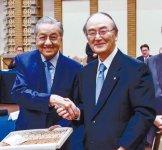 握手するマハティール首相(左)と三村会頭
