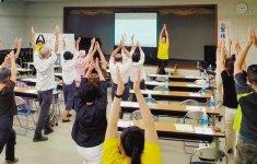 介護予防体操を実践する参加者ら