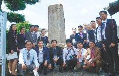 浅羽佐喜太郎公碑を訪れた訪問団