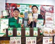 ラーメン店「ねぎらーめん」の今村英一さん(左)と同所の古里光喜さんが商品をPR