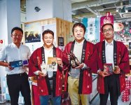 地元の自慢の商品を紹介する東広島商工会議所(左)と田辺商工会議所の参加企業と職員ら