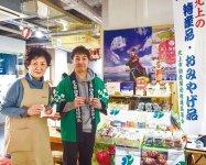 たくさんの菓子が並ぶ北上商工会議所コーナーで職員らが銘菓をPR