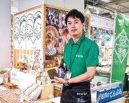 店頭で一押し商品をアピールする江津商工会議所の池田さん
