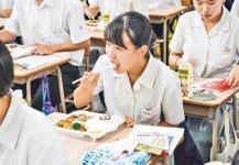 特製弁当をほおばる生徒ら (写真提供:共に宮崎放送)