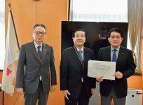 岩本委員長(中央)と池田共同委員長(左)から平井大臣に要望書を手渡した