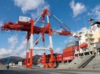 釜石港ガントリークレーン。大阪府から無償譲渡され、2017(平成29)年9月23日に供用開始。大型コンテナ船への荷役対応が可能になった