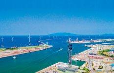 秋田港湾内に建設が進む大型洋上風力発電の風車 (提供:秋田洋上風力発電株式会社)