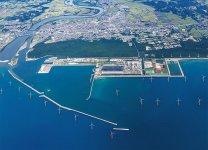 能代港湾内に建設が進む大型洋上風力発電の風車 (提供:秋田洋上風力発電株式会社)