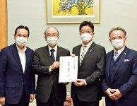 加藤官房長官(右から2人目)に要望書を手渡す三村会頭(同3人目)ら3団体首脳