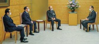 菅首相(右)に要望書の内容を説明する三村会頭(右から2人目)ら3団体首脳